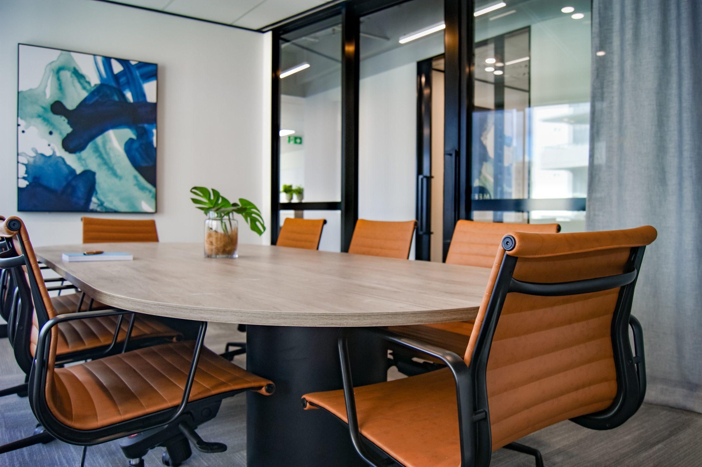 Lege vergaderruimte met stoelen om een tafel